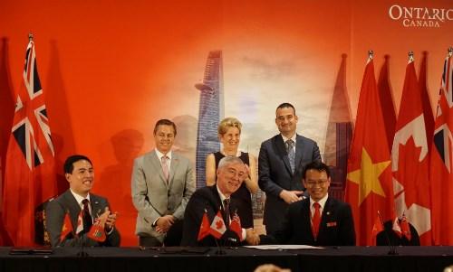 Vietnam-Ontario: signature de memorandums de cooperation d'une valeur totale de 25 millions d'USD hinh anh 1
