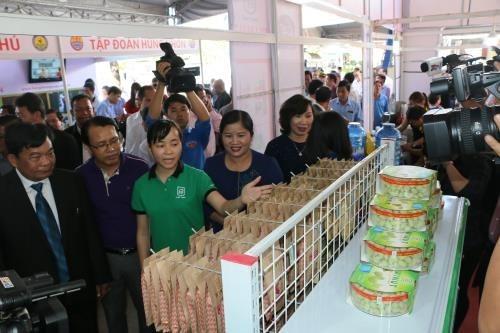 Foire du commerce et du tourisme Cambodge - Laos – Vietnam 2017 a Binh Phuoc hinh anh 1