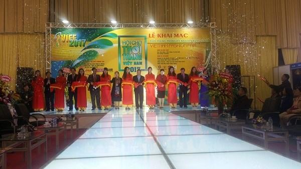 Ouverture de la foire de la mode du Vietnam 2017 hinh anh 1