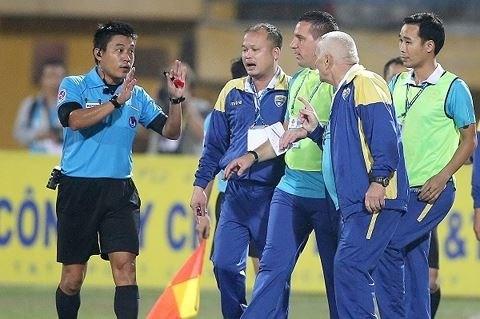 FIFA : Quatre arbitres vietnamiens s'adaptent aux normes d'Elite 2018 hinh anh 1