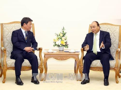 Le PM Nguyen Xuan Phuc recoit le ministre japonais de la de la Revitalisation economique hinh anh 1