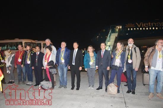 De grandes villes du pays accueillent les premiers touristes de 2018 hinh anh 1
