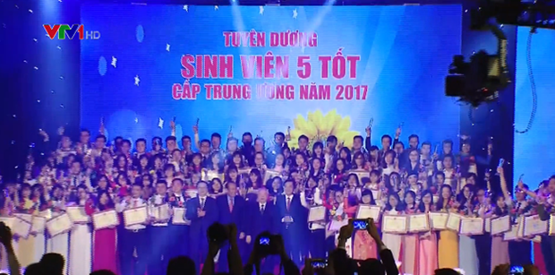 Remise du Prix «Etoile de janvier» aux meilleurs etudiants hinh anh 1
