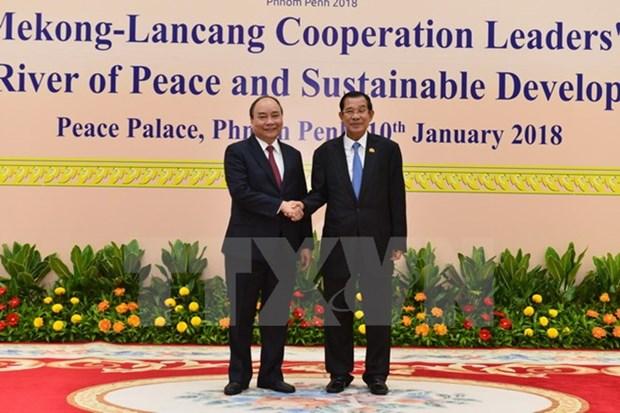 Le PM Nguyen Xuan Phuc au Cambodge pour le sommet de cooperation Mekong-Lancang hinh anh 1