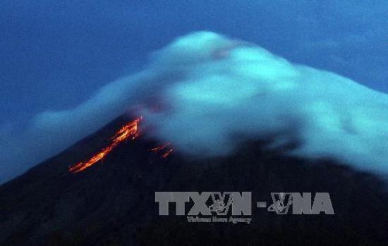 Philippines : le volcan Mayon menace d'entrer en eruption, des milliers d'habitants evacues hinh anh 1