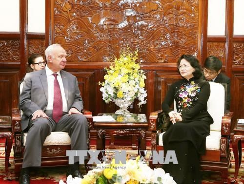 La vice-presidente Dang Thi Ngoc Thinh recoit une delegation russe hinh anh 1