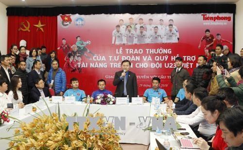 Le CC de l'Union de la jeunesse communiste recompense des membres de la selection U23 hinh anh 1