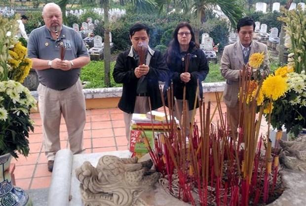 Des veterans americains remettent des documents sur les restes des martyrs a Quang Tri hinh anh 1