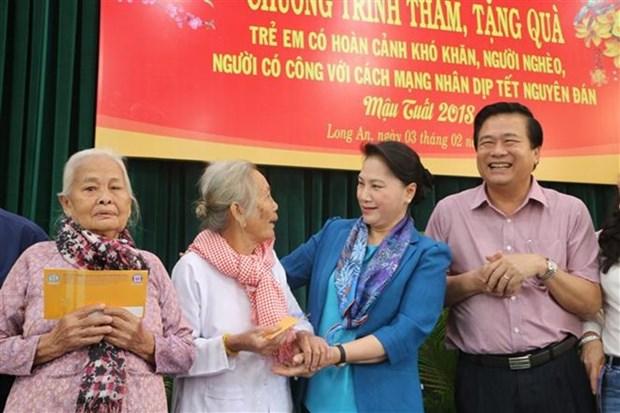 La presidente de l'AN offre des cadeaux a des familles pauvres de Long An hinh anh 1