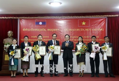 Distinction d'officiels laotiens pour leurs contributions aux relations bilaterales hinh anh 1