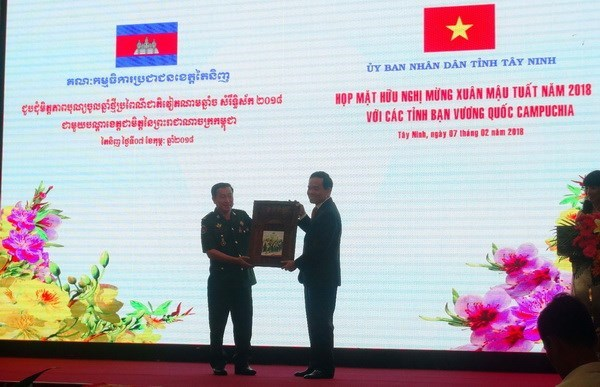 Tay Ninh resserre l'amitie avec des localites cambodgiennes hinh anh 1