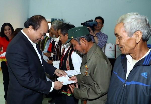Le PM presente des cadeaux Tet aux menages ethniques pauvres de Dak Nong hinh anh 1