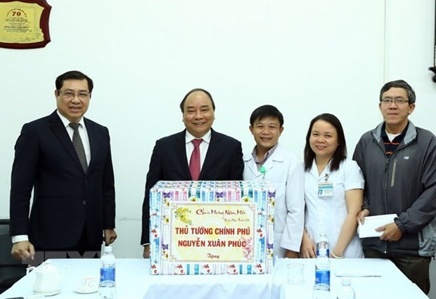 Le Premier ministre Nguyen Xuan Phuc visite l'hopital C de Da Nang hinh anh 1