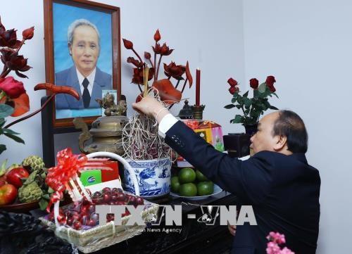 Tet : Nguyen Xuan Phuc rend hommage aux anciens dirigeants du pays hinh anh 1