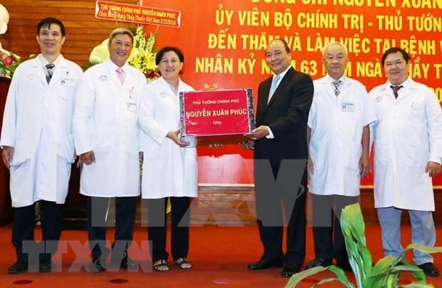 Le PM felicite les medecins et le personnel du secteur de la sante hinh anh 1
