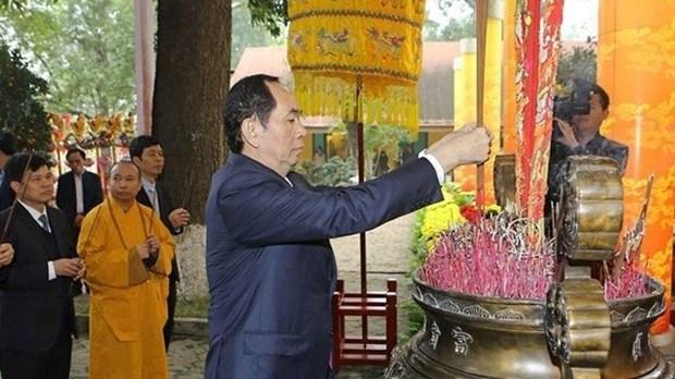 Le President vietnamien fait offrande de baguettes d'encens a la cite royale de Thang Long hinh anh 1