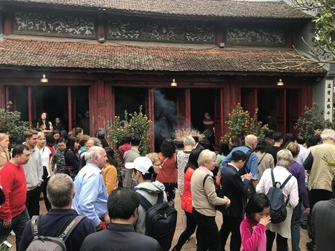 Tet 2018 : afflux de visiteurs dans les sites historiques et touristiques hinh anh 1