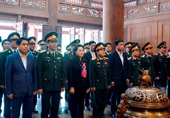 La presidente de l'AN offre de l'encens au President Ho Chi Minh au site K9 hinh anh 1