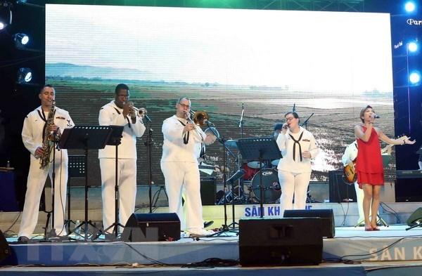 Un groupe de musique de la Marine americaine se produit a Da Nang hinh anh 1
