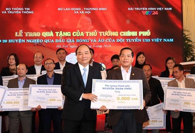 Vente aux encheres d'articles du Onze national: 20 Mds de dongs pour 20 districts demunis hinh anh 1