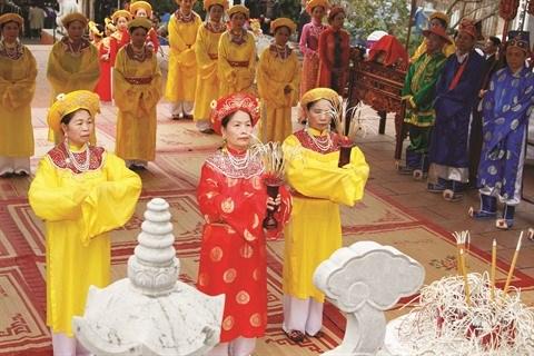 L'offrande d'encens, une belle pratique culturelle des Vietnamiens hinh anh 1
