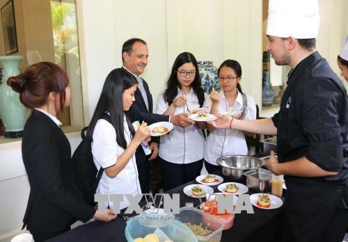 Presentation de la gastronomie francaise a la population vietnamienne hinh anh 1