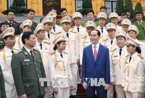 Le chef de l'Etat honore les jeunes policiers exemplaires de 2017 hinh anh 1