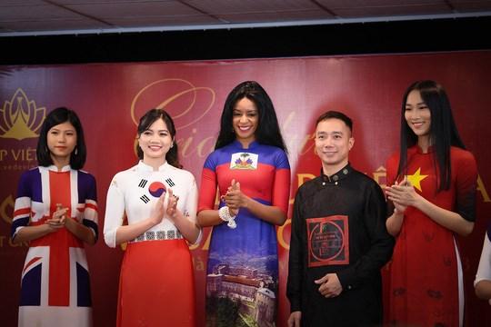 Presentation d'ao dai aux couleurs des drapeaux de 42 pays au Festival de Cannes hinh anh 1
