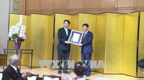Remise de l'attestation de consul d'honneur du Vietnam a Aichi (Japon) hinh anh 1