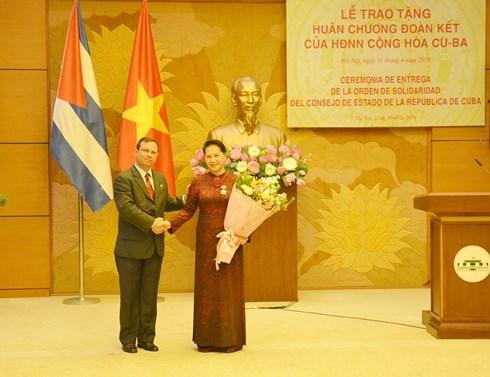 La presidente de l'AN du Vietnam recoit la distinction honorifique de l'Etat cubain hinh anh 1