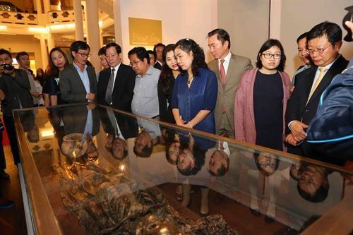 Vernissage d'une exposition sur les tresors archeologiques vietnamiens a Hanoi hinh anh 1