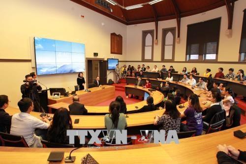 La vice-presidente Dang Thi Ngoc Thinh visite l'Universite RMIT en Australie hinh anh 1