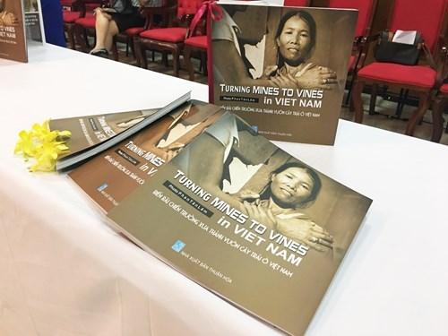 Publication d'un recueil de photos sur les victimes de mines antipersonnelles hinh anh 1