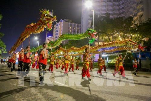Le carnaval de Ha Long 2018 demarre avec un defile de 12 chars floraux hinh anh 1