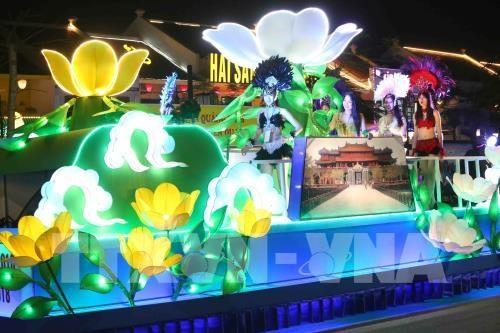 Le carnaval de Ha Long 2018 demarre avec un defile de 12 chars floraux hinh anh 2