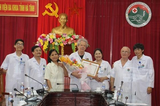 Des medecins francais a l'honneur pour leurs contributions a la sante au Vietnam hinh anh 1