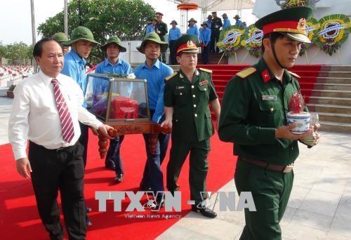 Quang Binh : inhumation des restes de 18 volontaires tombes au Laos hinh anh 1