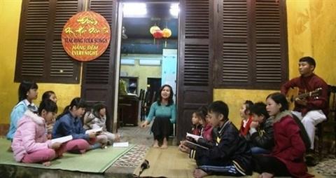 Cours gratuit de musique folklorique dans la ville de Hoi An hinh anh 1
