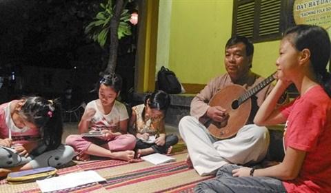 Cours gratuit de musique folklorique dans la ville de Hoi An hinh anh 2