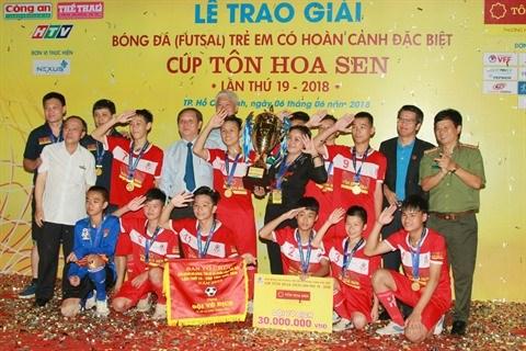 Hanoi champion du Tournoi de football des enfants en situation difficile hinh anh 1
