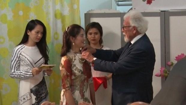 Remise de l'Insigne de chevalier des Arts et des Lettres a l'ecrivaine Tran Thi Hao hinh anh 1
