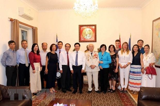 Le vice-Premier ministre Pham Binh Minh rend visite a l'ambassade du Vietnam en Grece hinh anh 1