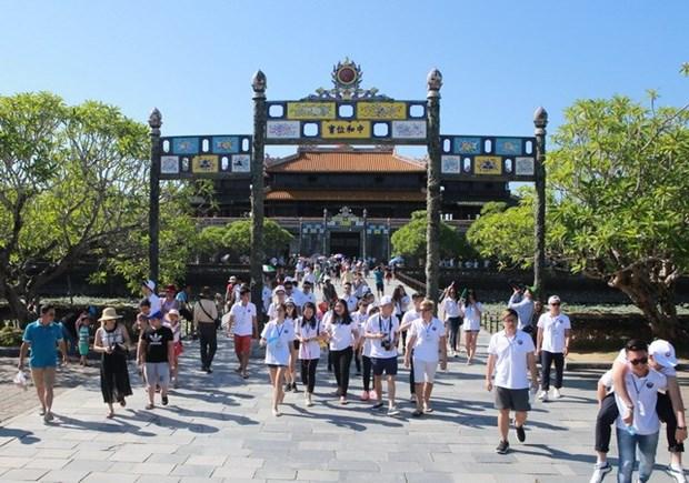 Des jeunes Viet kieu decouvrent la beaute de Hue hinh anh 1