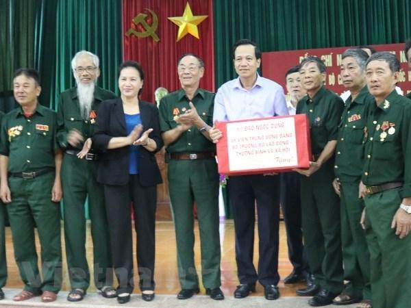 La presidente de l'AN rend visite a des invalides a Ha Nam hinh anh 1