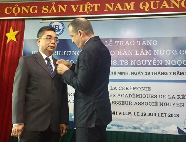 Remise de l'Ordre des palmes academiques a un enseignant de Ho Chi Minh-Ville hinh anh 1