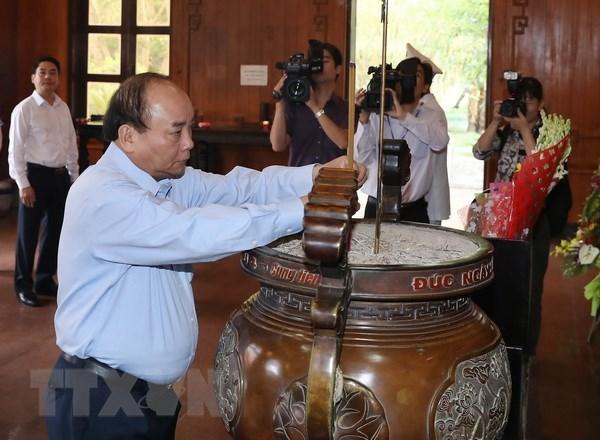 Le chef du gouvernement rend hommage au President Ho Chi Minh hinh anh 1
