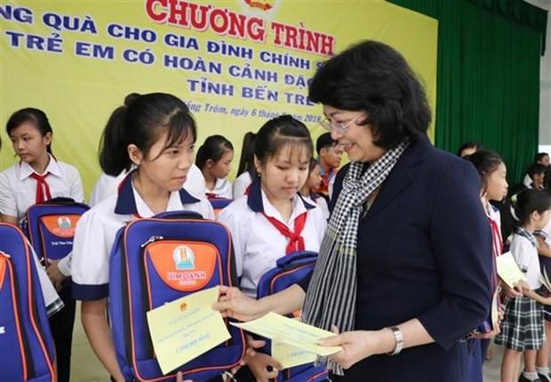 La vice-presidente Dang Thi Ngoc Thinh offre des cadeaux aux familles defavorisees hinh anh 1