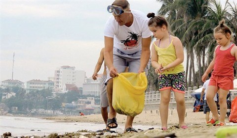 Un groupe benevole etranger nettoie la plage de Nha Trang hinh anh 1