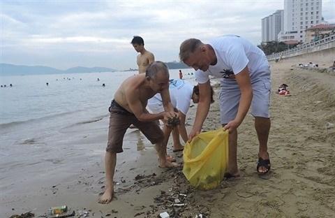 Un groupe benevole etranger nettoie la plage de Nha Trang hinh anh 2