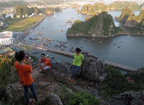 Quang Ninh : la baie de Ha Long vue du mont Bai Tho hinh anh 1